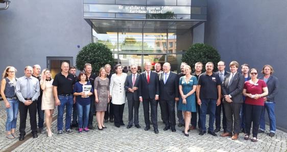 Die Mitarbeiter des PS-Speichers gratulierten Karl-Heinz Rehkopf zum Vedienstkreuz. Der hatte zuvor die Mannschaftsleistung betont, ohne die er die Auszeichnung nie bekommen hätte.