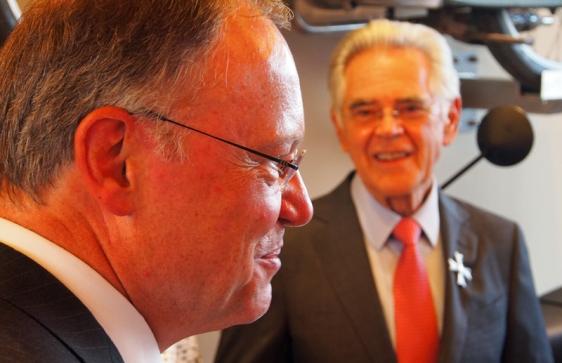 Ministerpräsident Stephan Weil und Karl-Heinz Rehkopf (im Hintergrund).