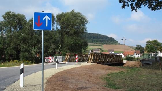 neue Behelfsbrücke, rechts die alte Leinebrücke.