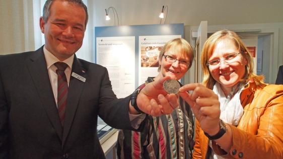 Den Reichstaler in der Hand (v.l.): Andreas Wobst, Dr. Elke Heege und Dr. Sabine Michalek.