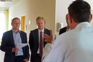 AOK-Chef Dr. Jürgen Peter mit EBS-Geschäftsführer Hauke Heißmeyer (l.).