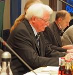 Albert Thormann leitet zu Beginn als Alterspräsident die Sitzung.