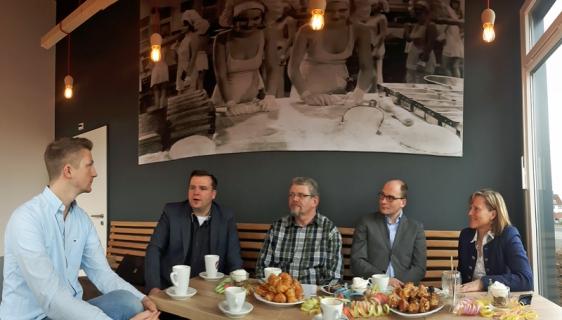 Gespräch: Bürgermeisterin Dr. Sabine Michalek (mit Fachbereichsleiter Frithjof Look und Wirtschaftsförderer Frank Seeger) mit Karl-René und Hendrik Biel.