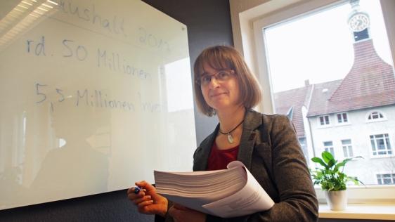 Sie weiß, was hinter den Haushaltszahlen steckt: Kämmerin Brigitte Hankel im Neuen Rathaus.