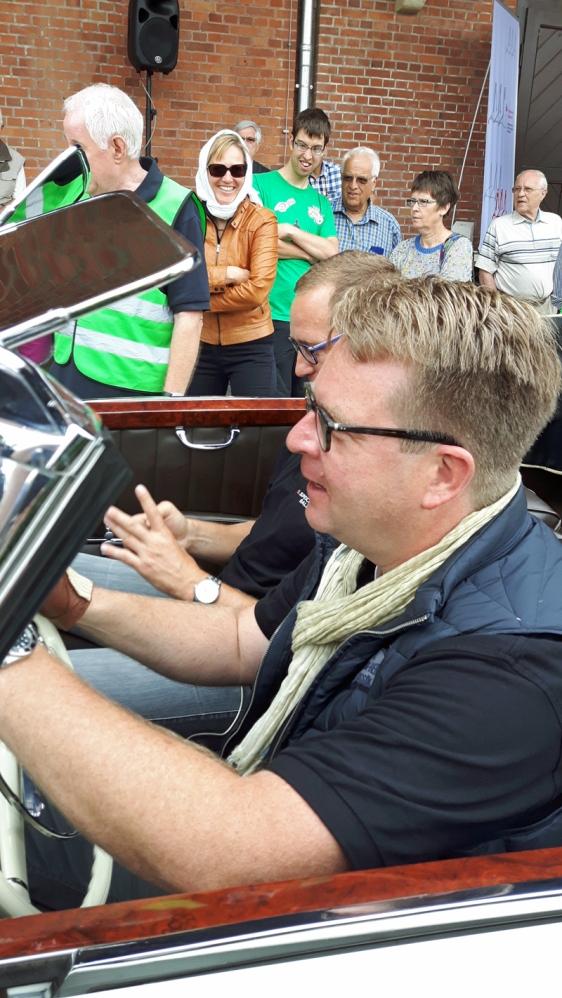 Carsten Müller bei der PS-Rallye im Juli 2016, zusammen mit Roy Kühne, im Hintergrund Bürgermeisterin Dr. Sabine Michalek (mit Tuch).