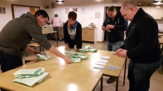 Der Wahlvorstand in Bentierode zählt die Stimmen.